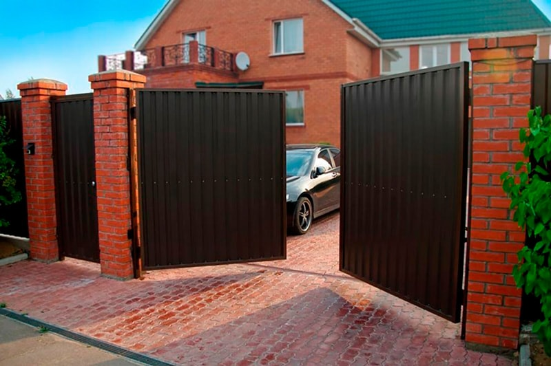 Фото ворот из профлиста для дачных домов